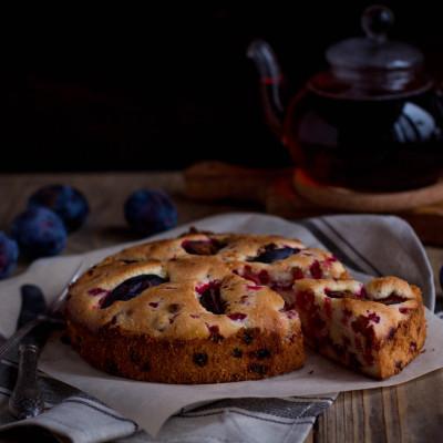 Бретонский пирог с брусникой и сливами