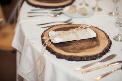 деревянные спилы в декоре новогоднего стола